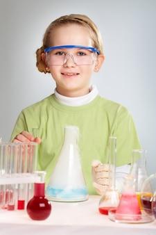 Wesoła dziewczyna praktykuje w laboratorium