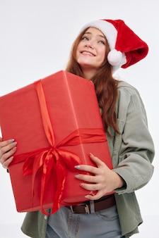 Wesoła dziewczyna prezent na nowy rok wakacje boże narodzenie. wysokiej jakości zdjęcie