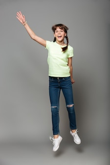 Wesoła dziewczyna skoki