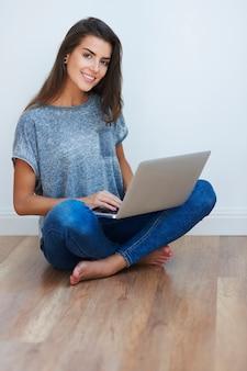 Wesoła dziewczyna surfowania po internecie