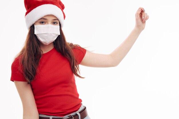 Wesoła dziewczyna w czerwonej koszulce maska medyczna gest ręki