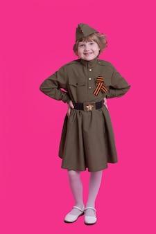 Wesoła dziewczyna w mundurze żołnierzy radzieckich ii wojny światowej