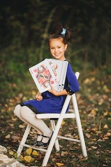 Wesoła dziewczynka z kartami do gry