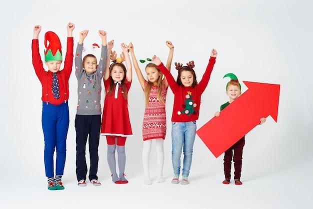 Wesoła grupa dzieci w stroju bożonarodzeniowym