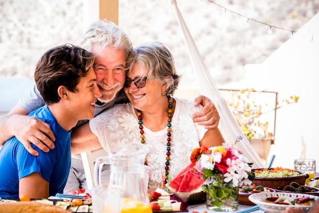 Wesoła kaukaski rodzina wraz ze szczęściem