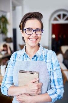 Wesoła kelnerka z uroczym uśmiechem
