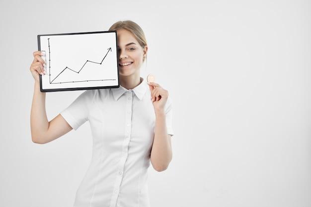Wesoła kobieta aprecjacja waluty wirtualne technologie gospodarki pieniężnej