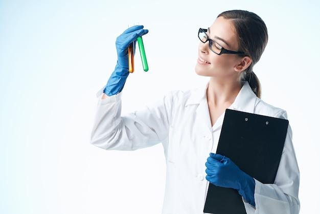 Wesoła kobieta asystentka laboratoryjna roztwór chemiczny analizuje badania jasne tło