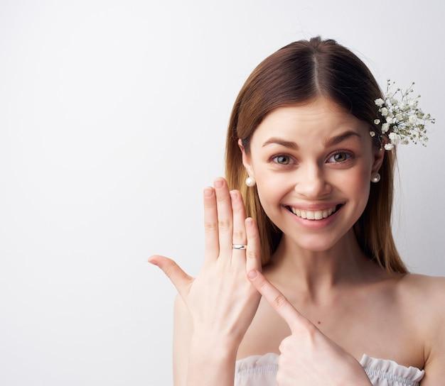 Wesoła kobieta atrakcyjnie wyglądające kwiaty w ozdobach do włosów
