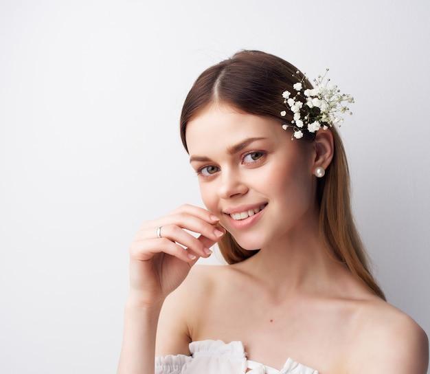 Wesoła kobieta atrakcyjnie wyglądające kwiaty we włosach w nowoczesnym stylu