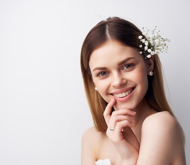 Wesoła kobieta atrakcyjny wygląd kwiaty w nowoczesnym stylu włosów. zdjęcie wysokiej jakości