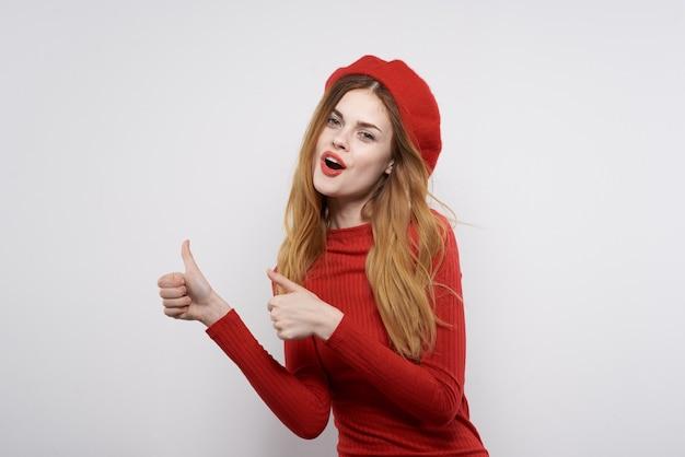 Wesoła kobieta gest ręki zabawa czerwone usta luksusowe jasne tło
