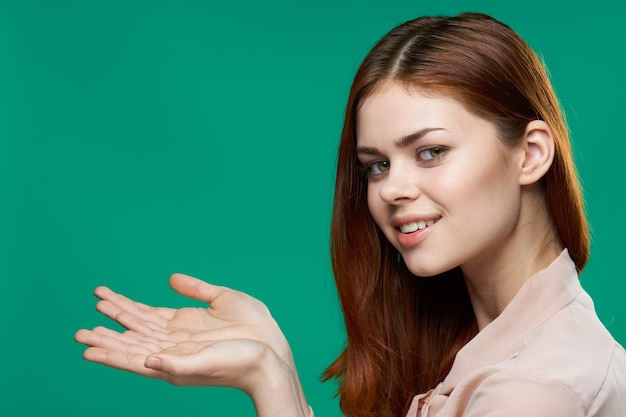 Wesoła kobieta gestykuluje z jej rąk emocje zielone studio