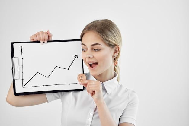 Wesoła kobieta handel internet finanse inwestycje jasne tło