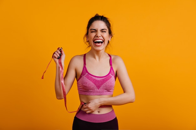 Wesoła kobieta korzystających z diety