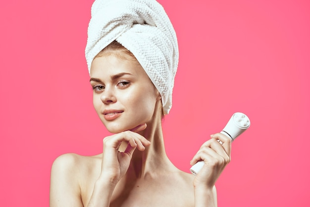 Wesoła kobieta nagie ramiona modelka do czyszczenia skóry zabiegi spa