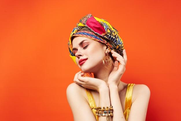 Wesoła kobieta ozdoba wielobarwny turban atrakcyjny wygląd pochodzenia etnicznego. wysokiej jakości zdjęcie
