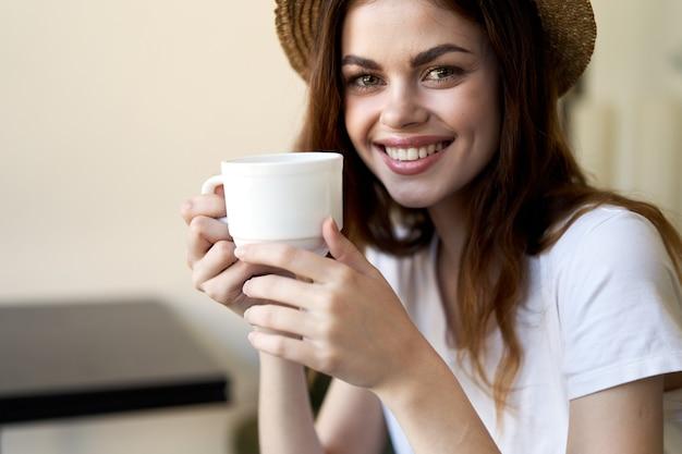 Wesoła kobieta przy filiżance kawy w kawiarni uśmiech komunikacja śniadanie styl życia