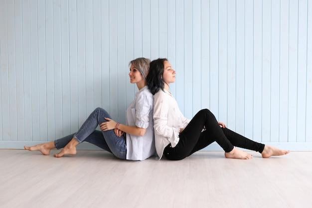 Wesoła kobieta przyjaciele cieszą się razem wolny czas żartując