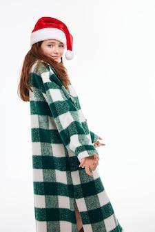Wesoła kobieta santa hat płaszcz w kratkę uśmiech studio światło tło wakacje