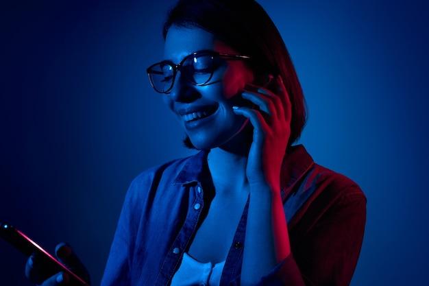 Wesoła kobieta słuchająca muzyki w prawdziwych bezprzewodowych słuchawkach