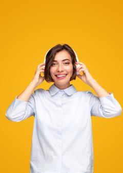 Wesoła kobieta słuchająca muzyki