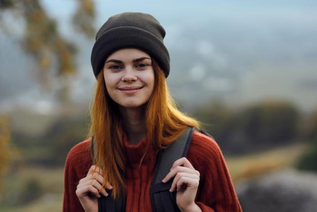 Wesoła kobieta turysta z plecakiem natura podróż uśmiech