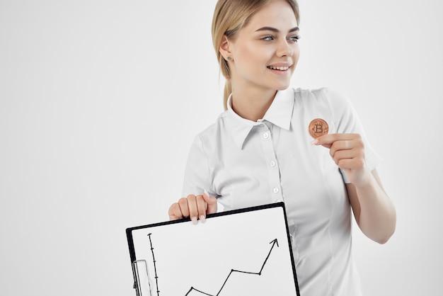 Wesoła kobieta uznanie waluty wirtualnej gospodarki pieniężnej na białym tle