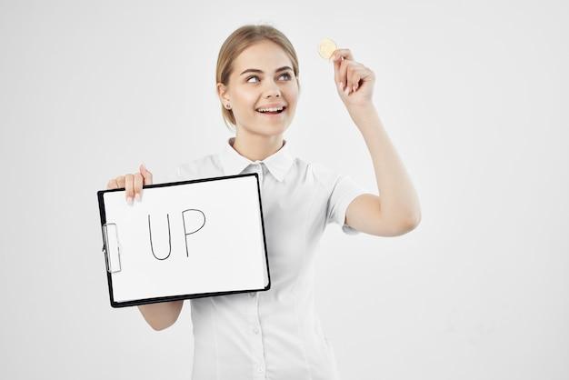 Wesoła kobieta w białej koszuli z folderem w ręku na białym tle