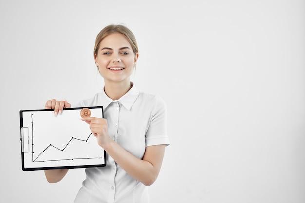 Wesoła kobieta w białej koszuli z folderem w technologiach ręcznych