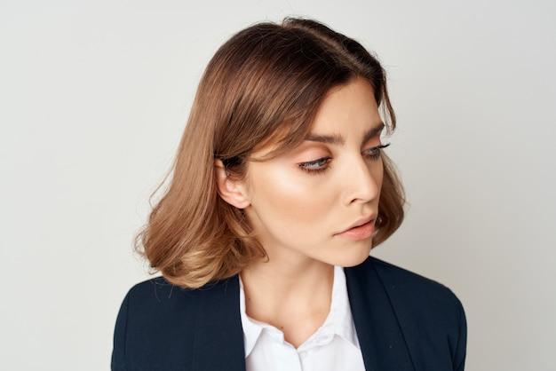 Wesoła kobieta w garniturze dokumenty pracy kierownik biura pozuje