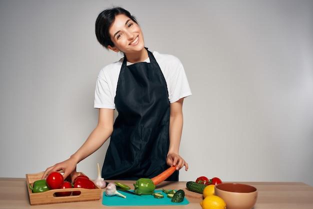 Wesoła kobieta w kuchni gospodyni gotuje warzywa
