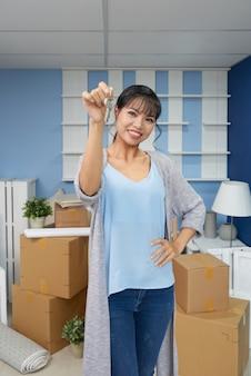 Wesoła kobieta w nowym mieszkaniu