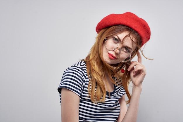 Wesoła kobieta w okularach pozowanie moda atrakcyjny wygląd czerwone kolczyki biżuteria lato