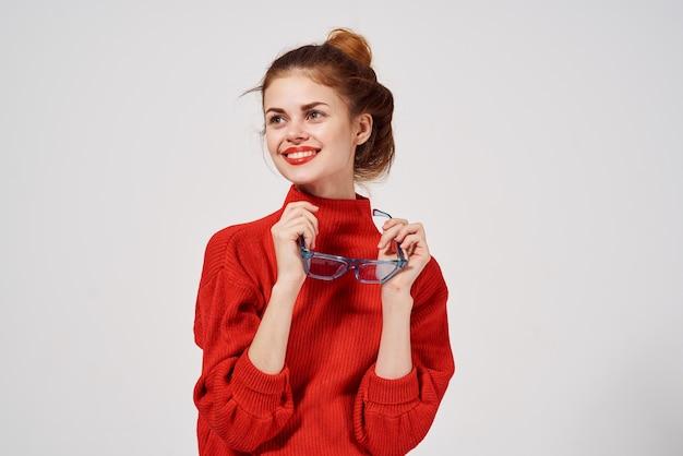 Wesoła kobieta w okularach w rękach model emocji