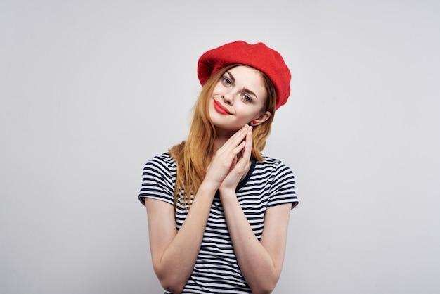Wesoła kobieta w pasiastym tshirt czerwonych ustach gest rękami model studio