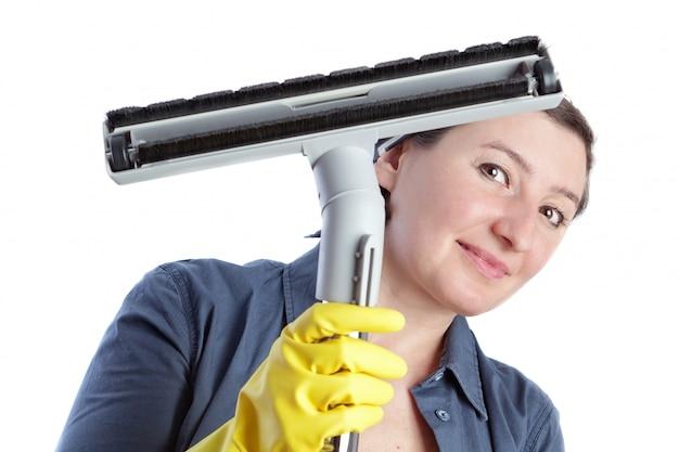 Wesoła kobieta, w średnim wieku gospodyni domowa przygotowuje się do sprzątania domu.