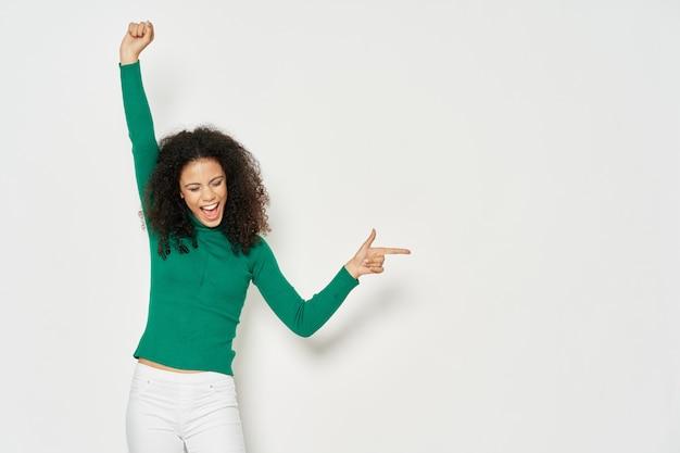 Wesoła kobieta w zielonej koszulce z uśmiechem