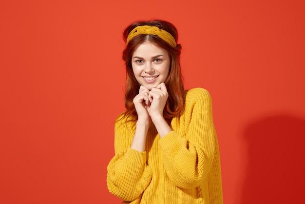 Wesoła kobieta w żółtym swetrze hipster ubrania studio moda styl życia