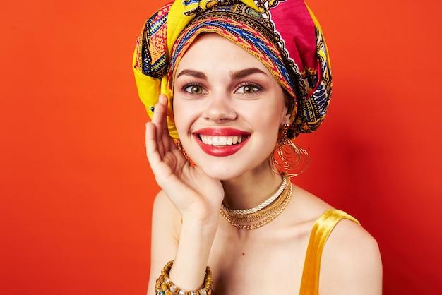 Wesoła kobieta wielobarwny blok dekoracji etnicznych czerwony