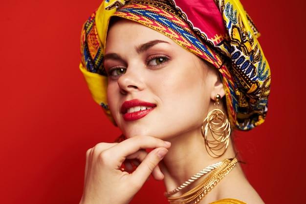 Wesoła kobieta wielobarwny szal pochodzenie etniczne afrykańskim stylu na białym tle. zdjęcie wysokiej jakości
