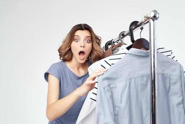 Wesoła kobieta wieszak na ubrania komoda moda wnętrze studio styl życia