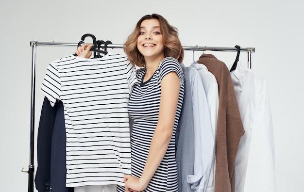 Wesoła kobieta wybór ubrań w pobliżu garderoby studia stylu życia