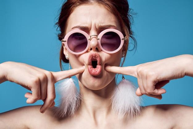Wesoła kobieta z nagimi ramionami okrągłe okulary ozdobne emocje