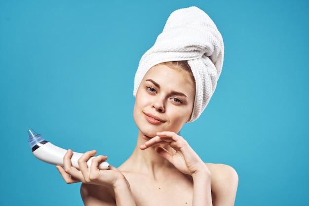 Wesoła kobieta z odkrytymi ramionami ręcznik na głowie dermatologia pielęgnacyjna