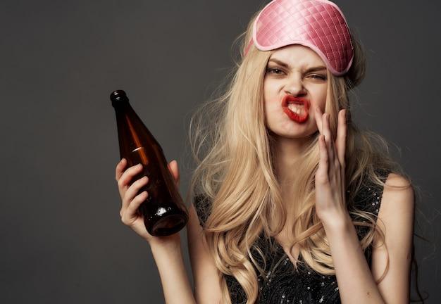 Wesoła kobieta zabawa emocje czerwona szminka alkohol ciemne tło