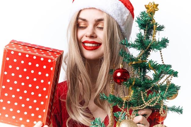 Wesoła kobieta zabawki prezenty moda świąteczna zabawa