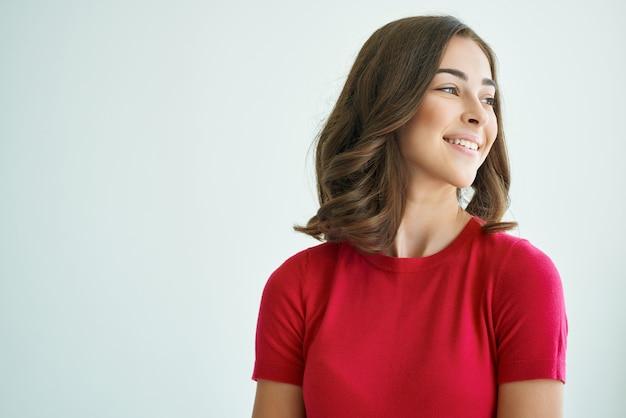 Wesoła kobieta zaskoczona spojrzeniem emocje studio styl życia