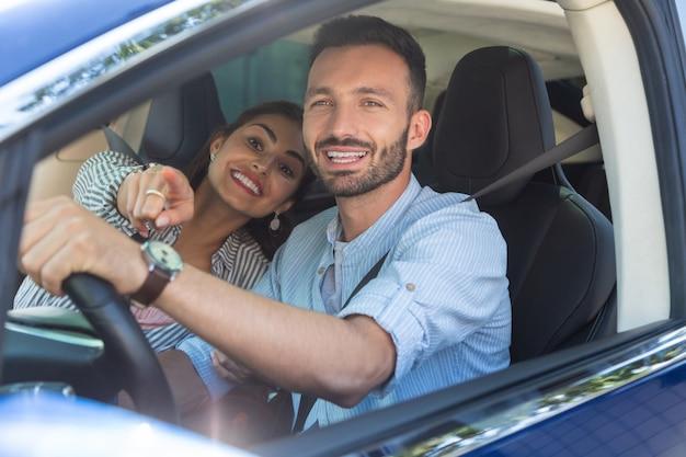 Wesoła kochająca para. wesoła, kochająca, przystojna para, która czuje się podekscytowana podczas jazdy w weekend