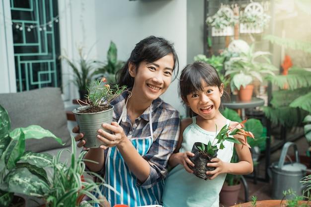 Wesoła matka i córka podczas sadzenia